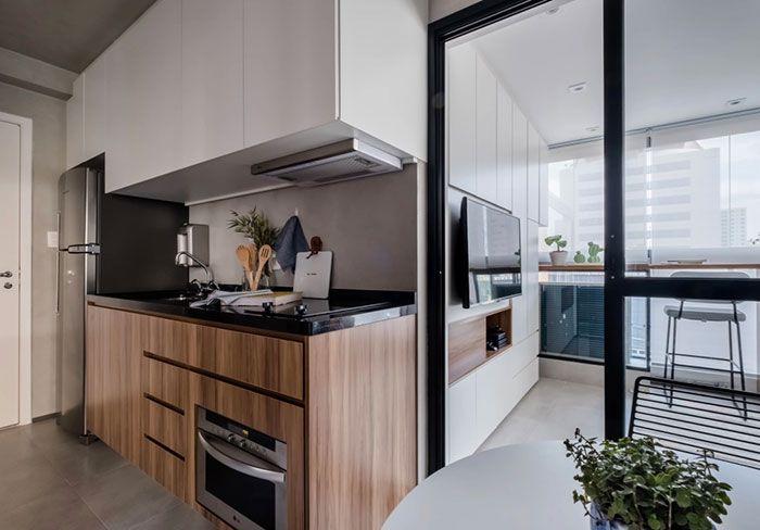 Granito preto e tons amadeirados na cozinha