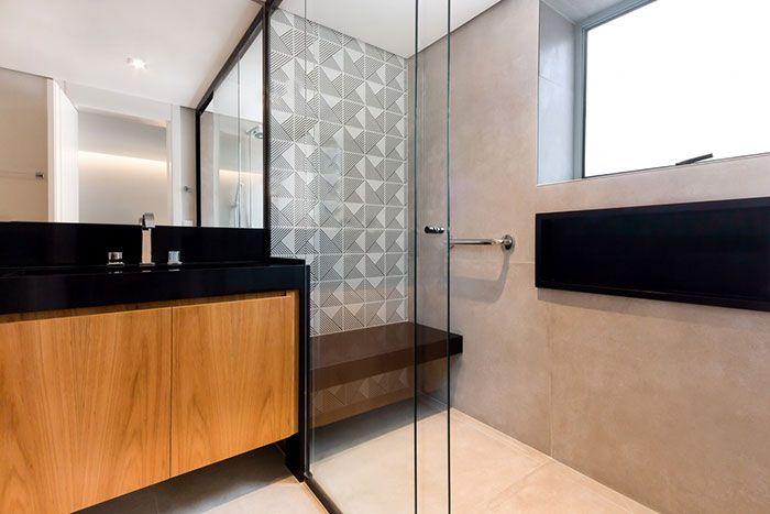 Banheiro moderno com cores clássicas e granito preto São Gabriel
