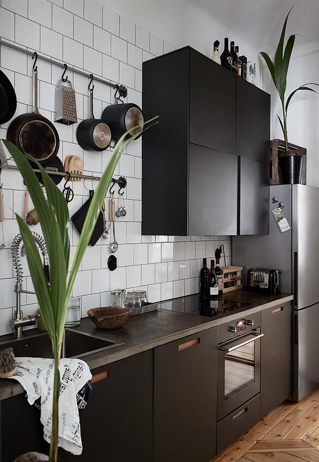 Cozinha preta com detalhes em madeira
