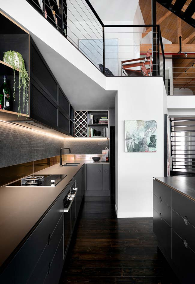 Cozinha corredor preta com bancada marrom