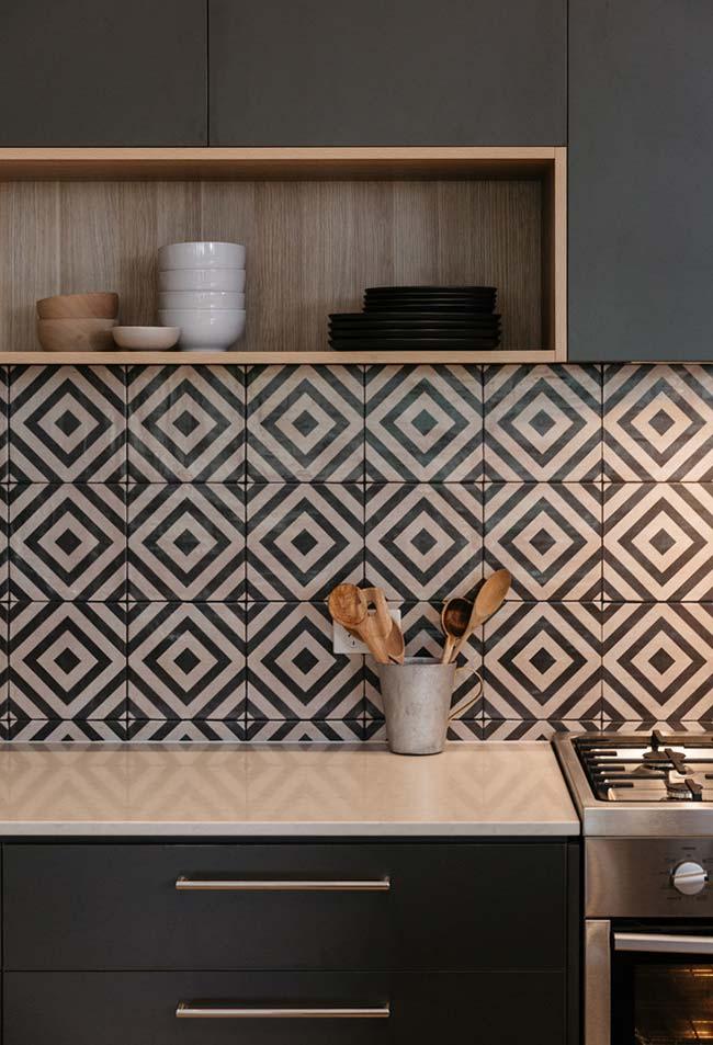 Cozinha com tons equilibrados, azulejos preto e branco
