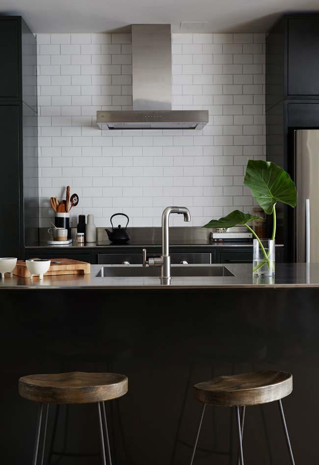 Cozinha preta rústica e moderna