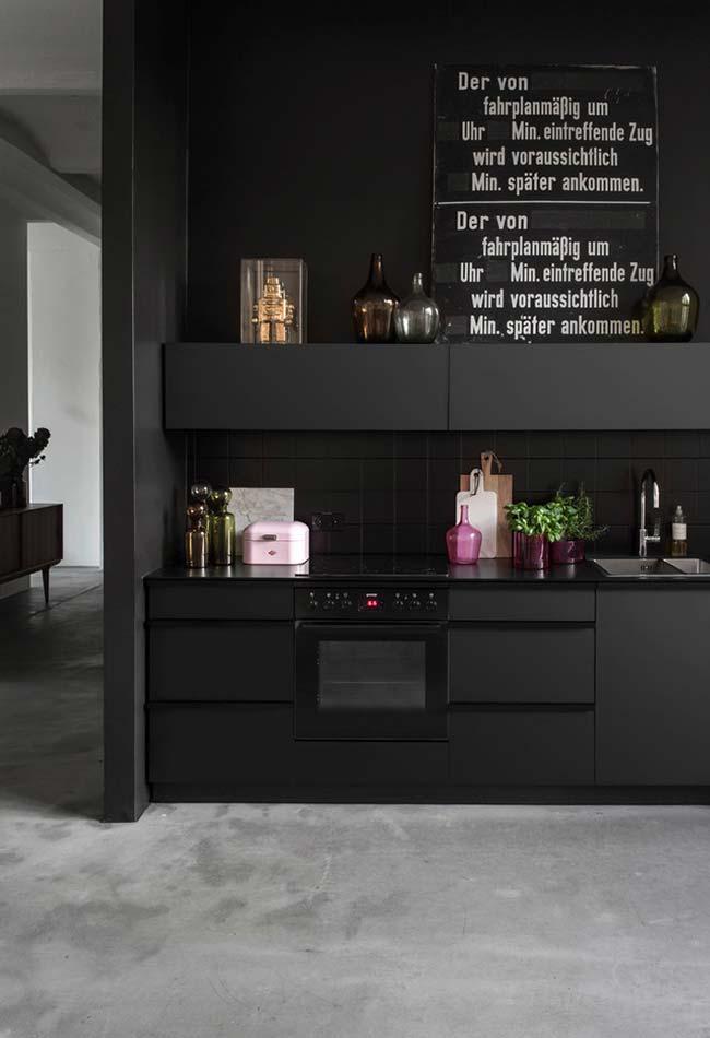 Cozinha preta pequena e simples