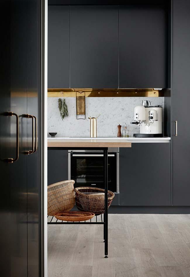 Cozinha preta com chão e parede de cor clara