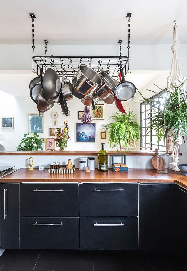 Muita luz natural para iluminar essa cozinha de armários e chão pretos