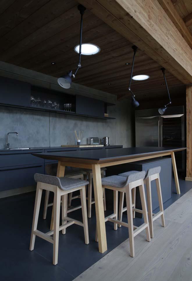 Cozinha preta com reforço da iluminação