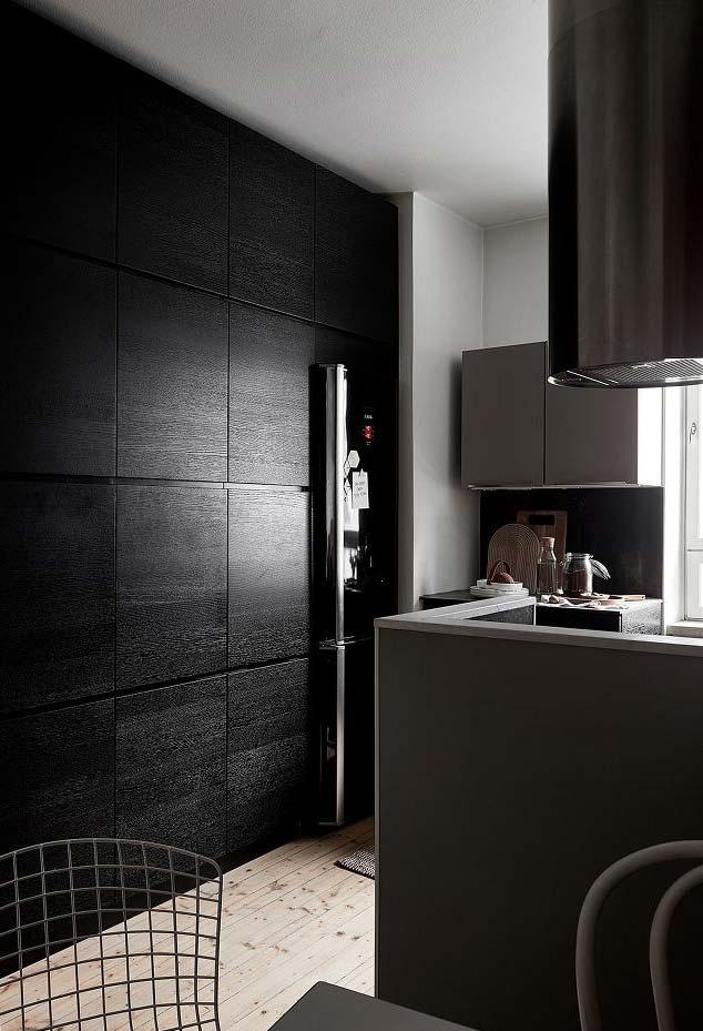 Geladeira preta embutida no armário