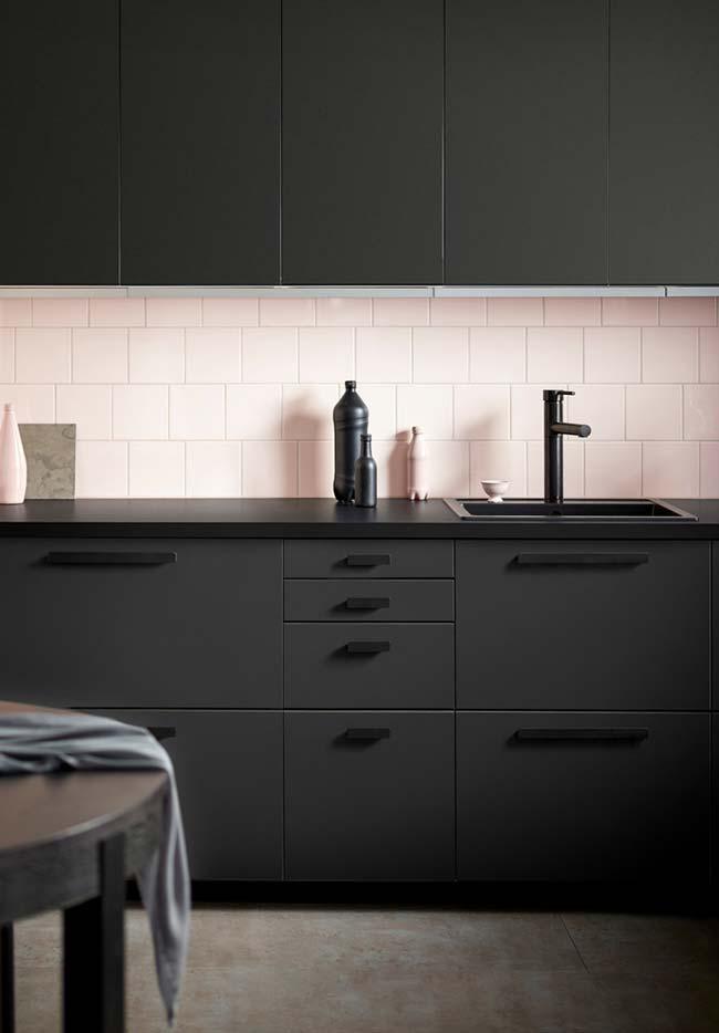 Puxadores com tonalidade mais escura no armário da cozinha