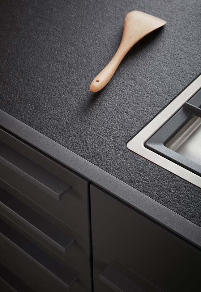 Balcão preto texturizado para cozinha