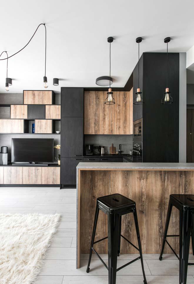 Sala e cozinha integrados: ambos decorados com o mix de preto e madeira