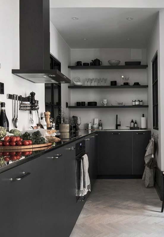 Cozinha preta em L decorada com prateleiras