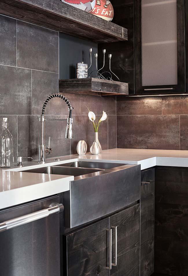 Cozinha preta com cuba de aço escovado