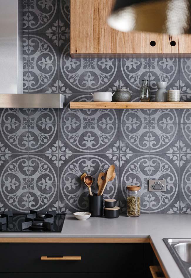 Cinza, madeira e preto na cozinha