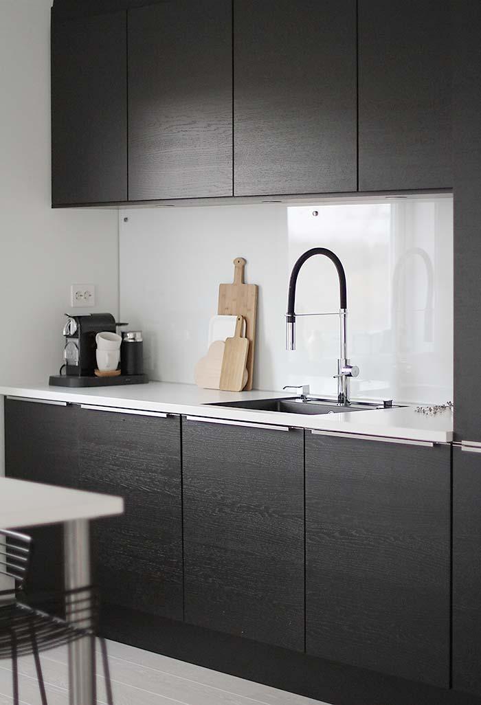 Cozinha preta pequena planejada