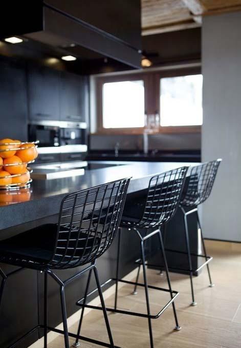 Cozinha e banquetas pretas