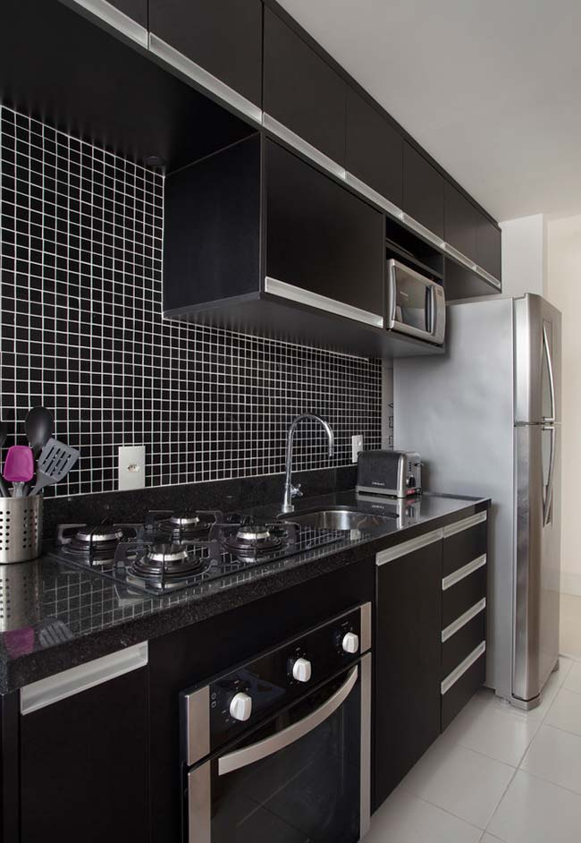 Cozinha preta em linha planejada