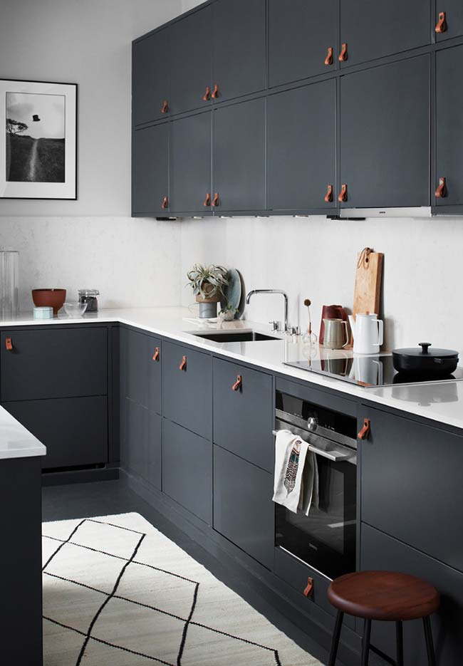 Puxadores inovadores na cozinha escura