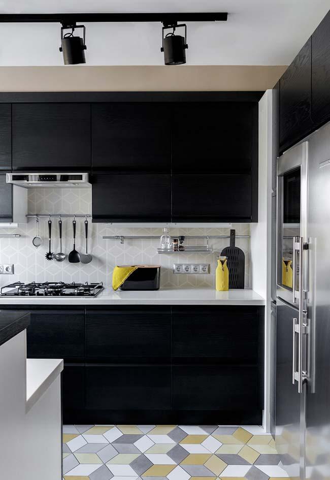 Cozinha preta com toques de cor