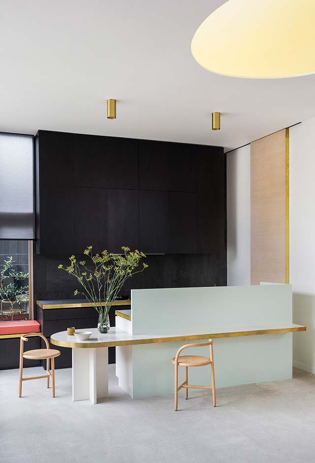 Cozinha preta com pé-direito alto