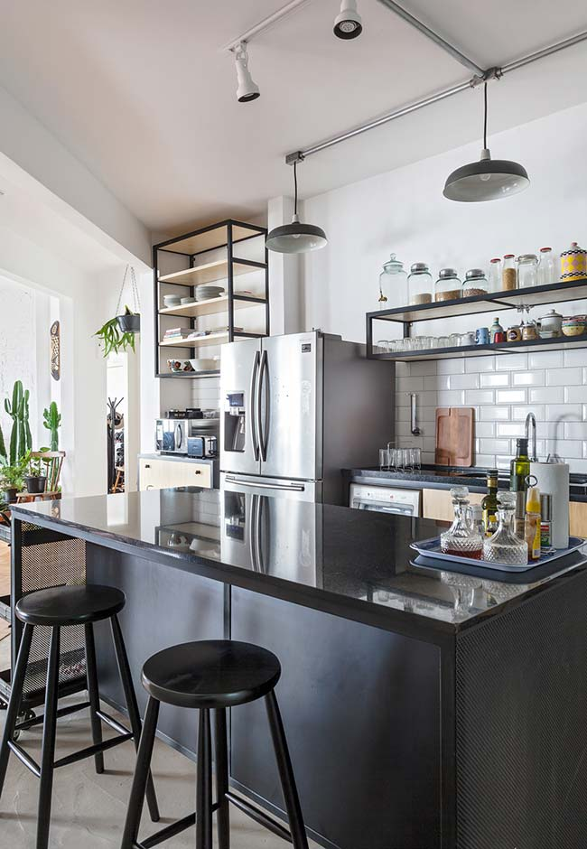 Cozinha preta leve e descontraída