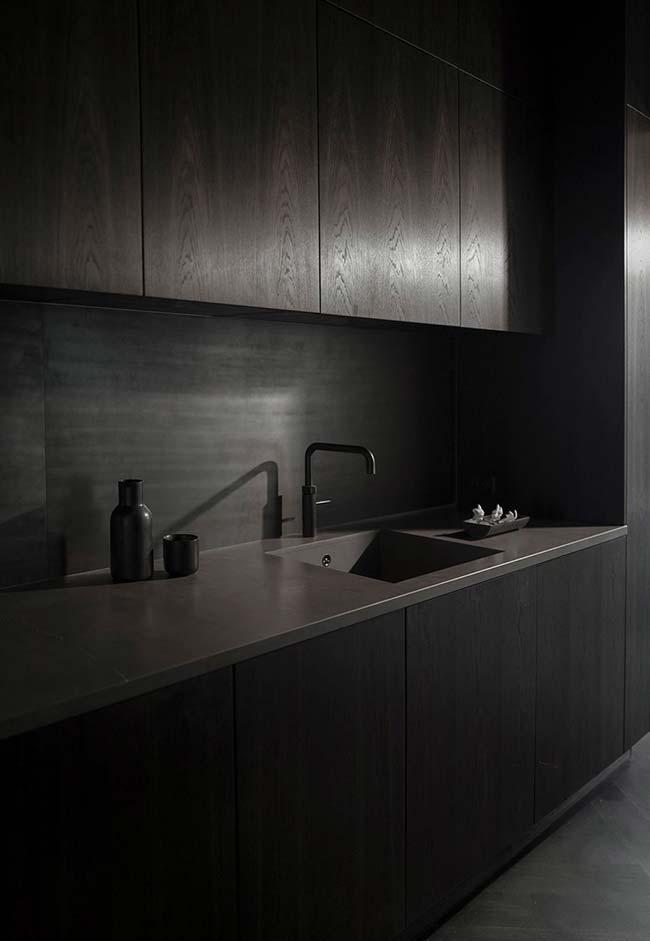 Cozinha preta com madeira escura