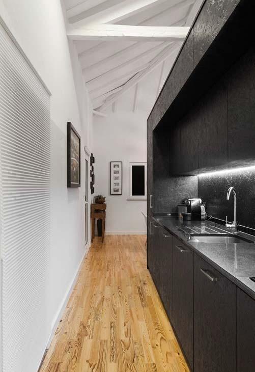 Cozinha corredor preta com bancada em aço escovado