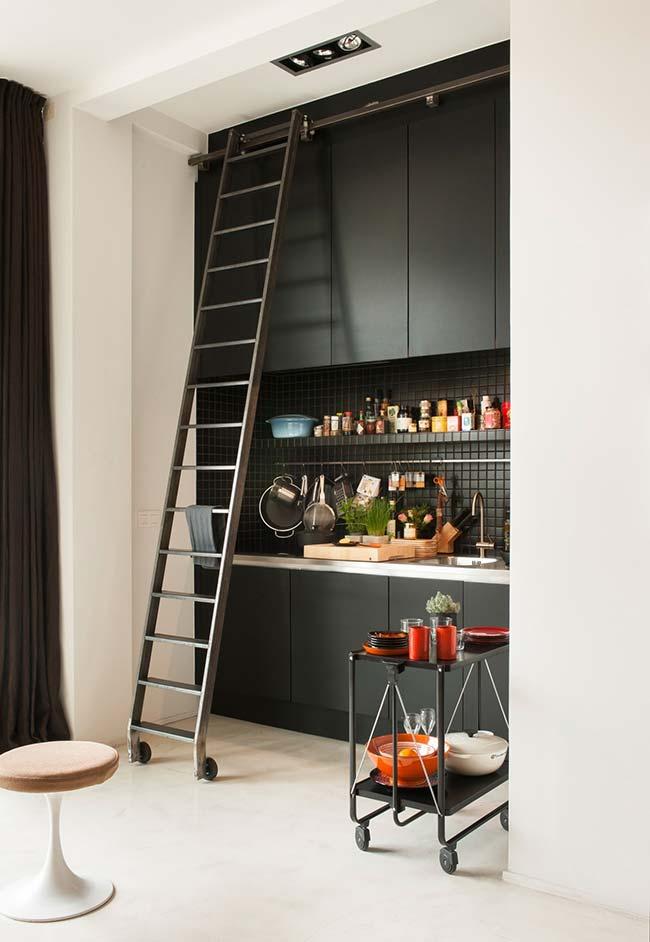 Cozinha preta com recurso multifuncional