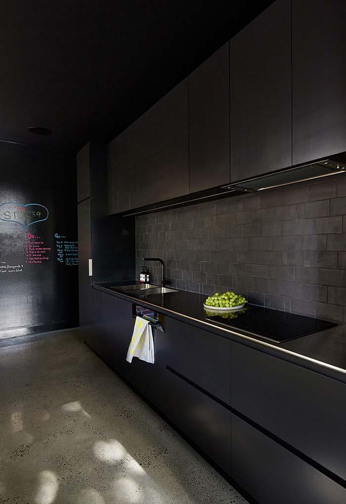 Sobriedade da cozinha preta ficou para trás com o papel lousa ao fundo rabiscado com giz colorido