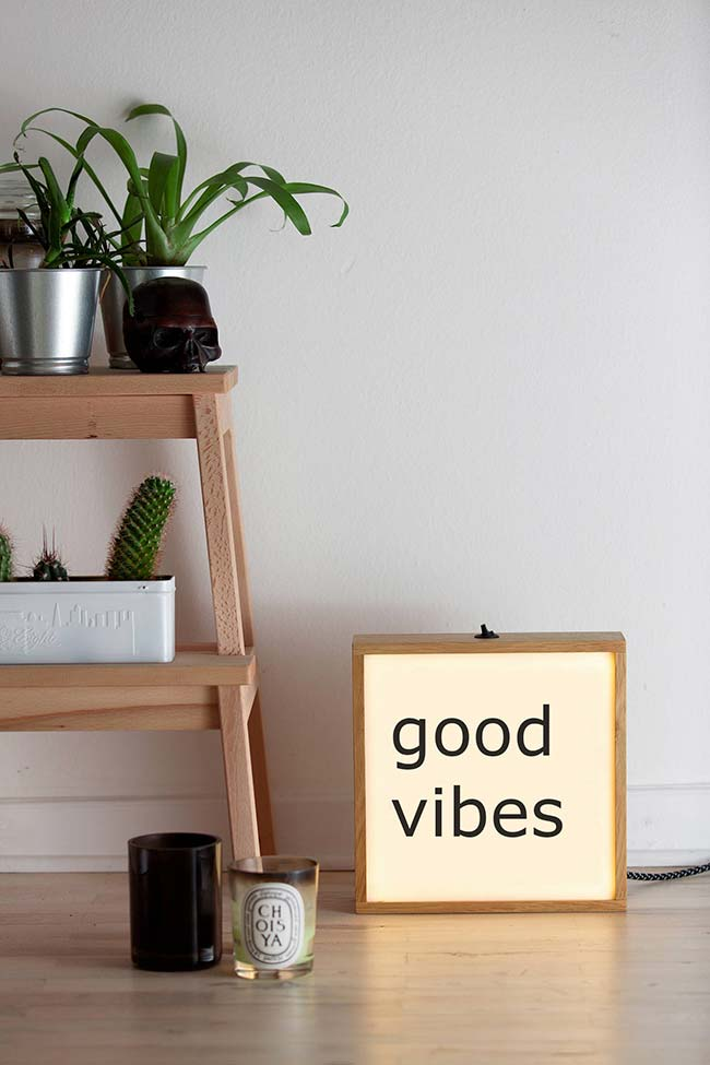 Lightbox de madeira: uma forma moderna de decorar qualquer cantinho da casa