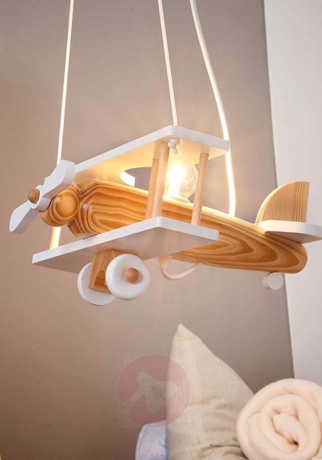 Genial: o aviãozinho de madeira virou uma luminária