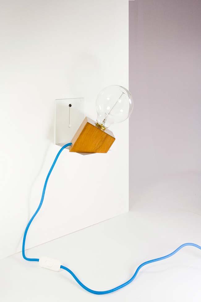 Luminária de madeira com fio a mostra