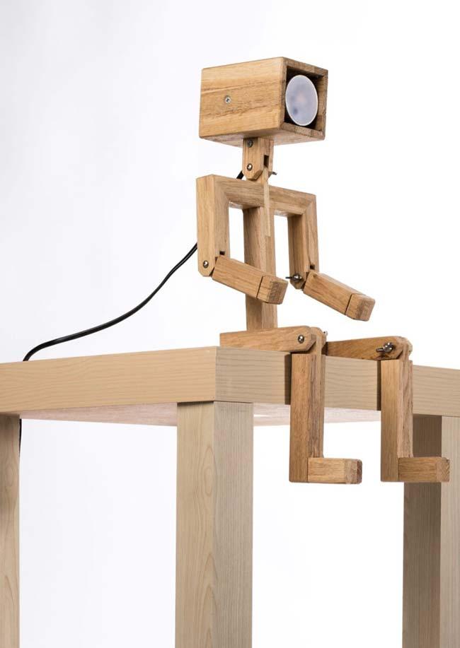 Luminária de madeira robozinho