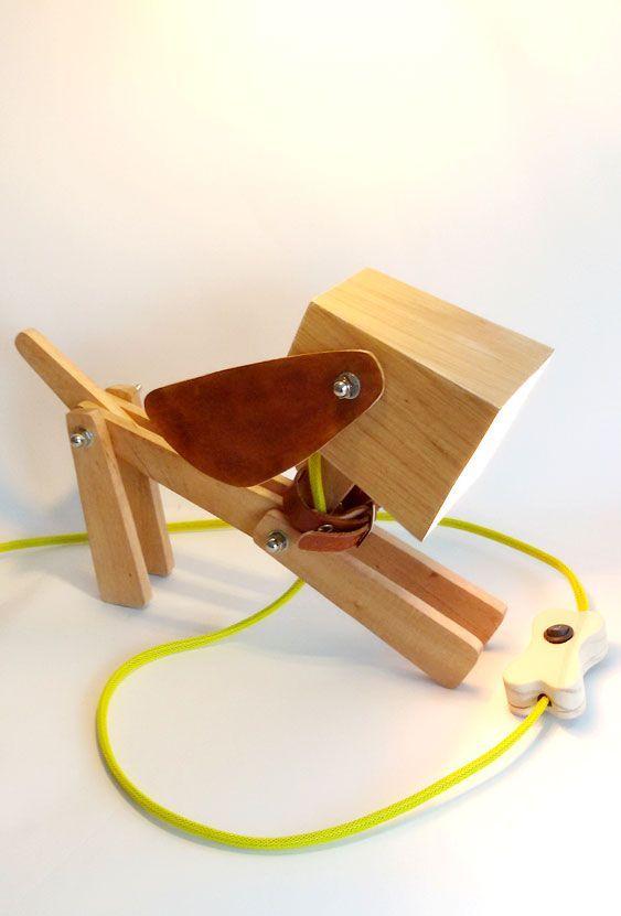 Luminária de madeira em formato de cachorrinho