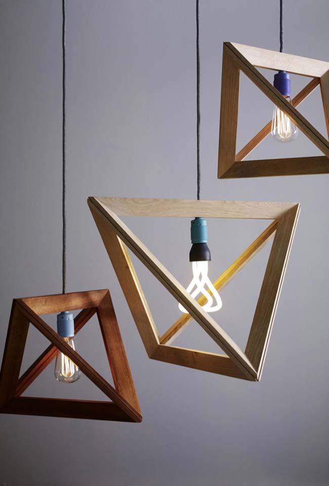 Luminária vazada de madeira