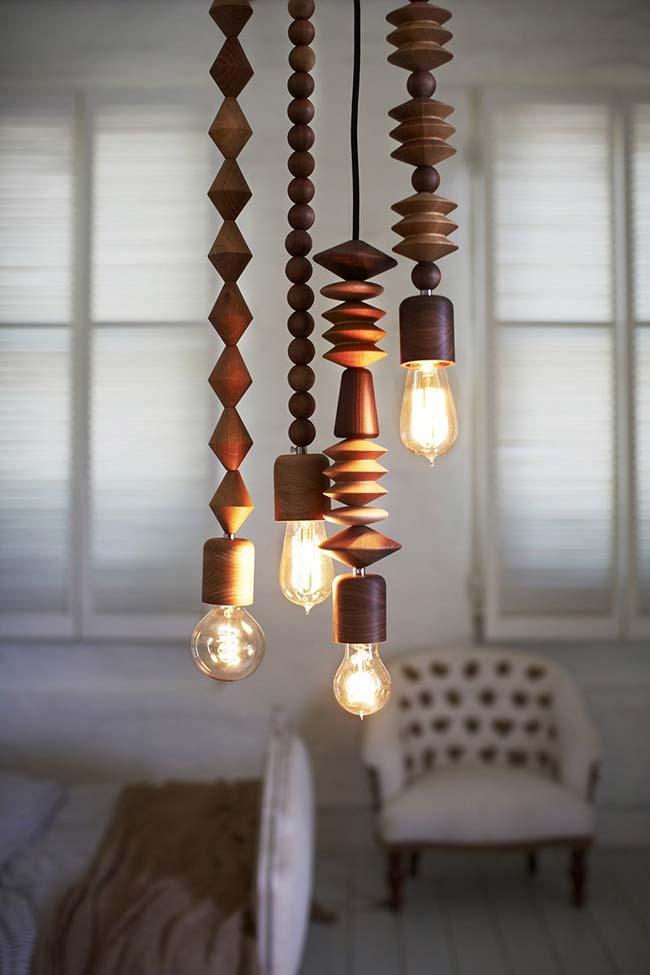 Escultura em formato de luminária de madeira