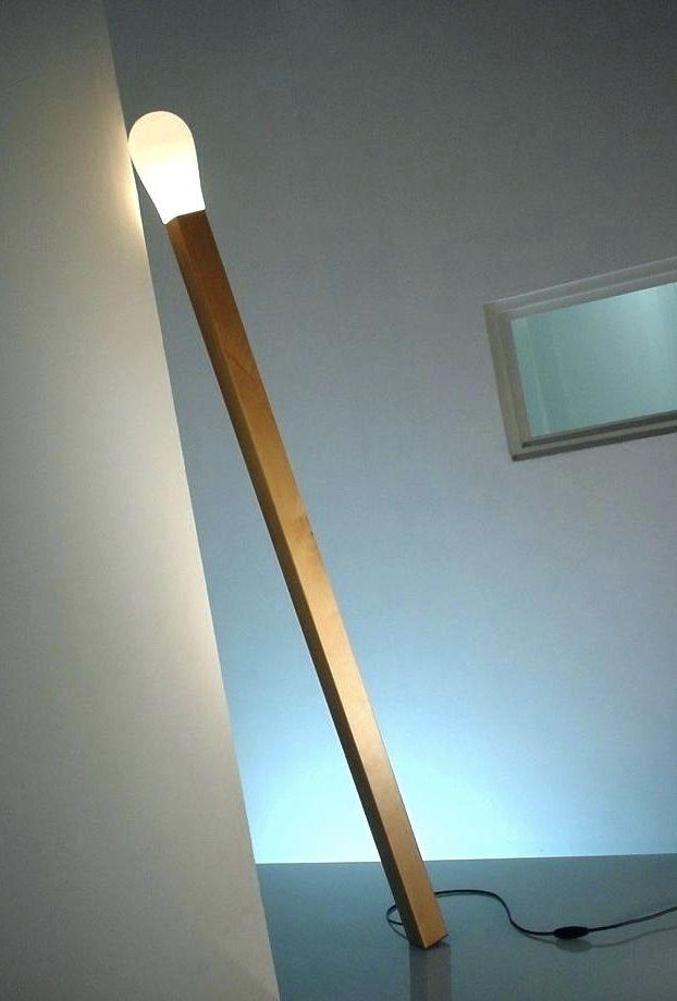 Luminária de madeira que remete ao um palito de fósforo