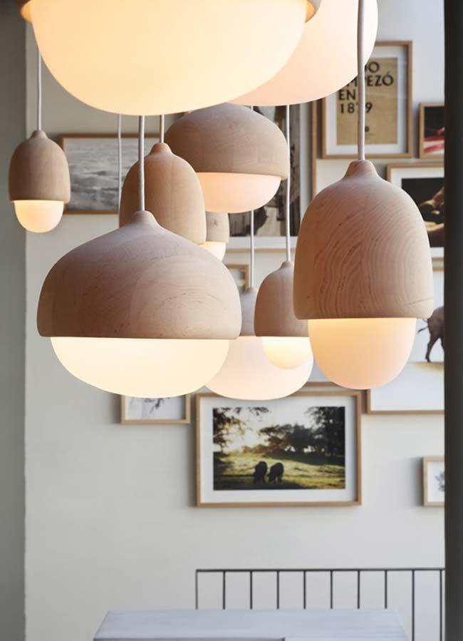 Diversas luminárias pendentes de madeira na sala