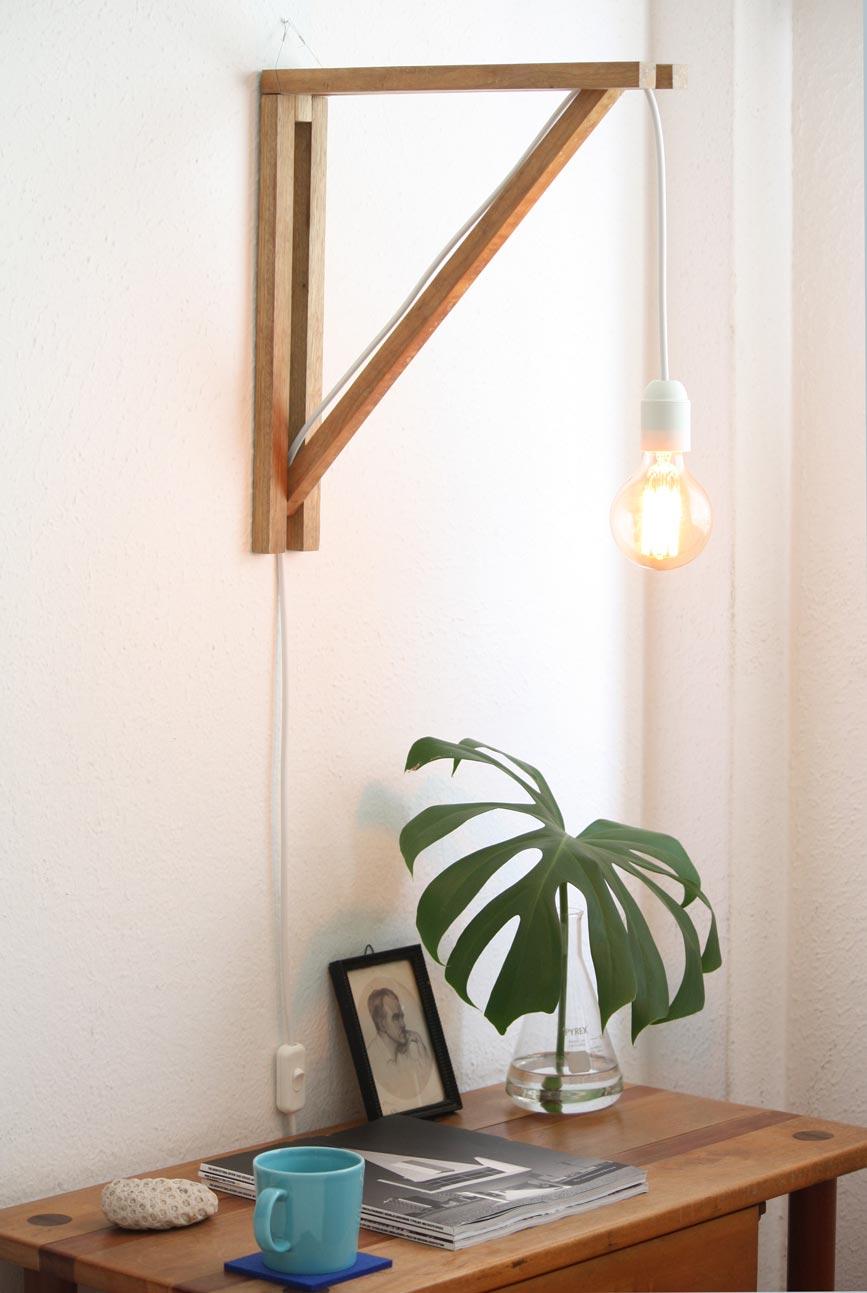 Triangulo de madeira na parede
