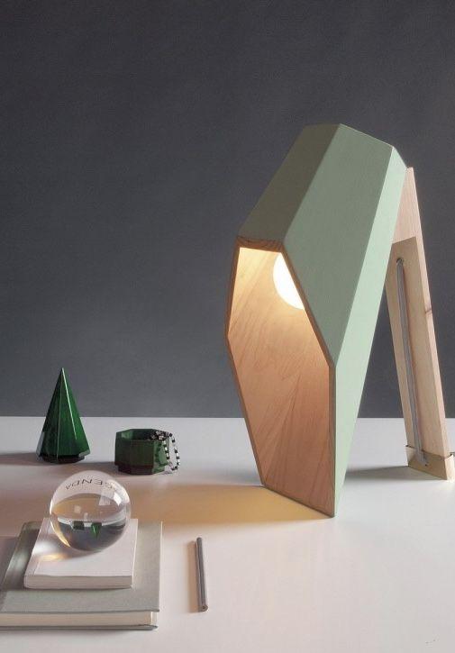 Luminária de madeira direciona a luz para a mesa