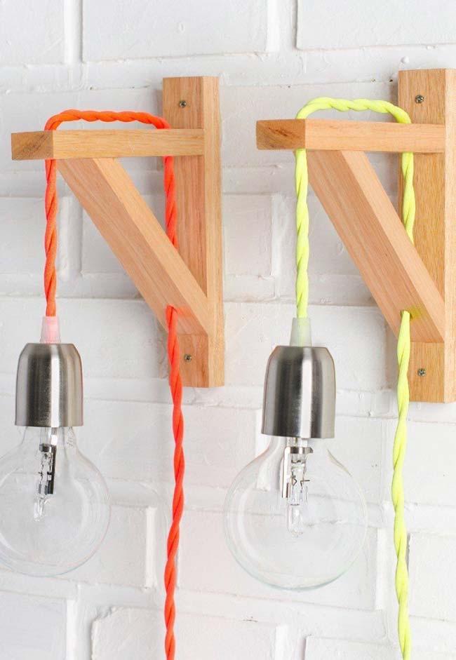 Fios coloridos na luminária de madeira