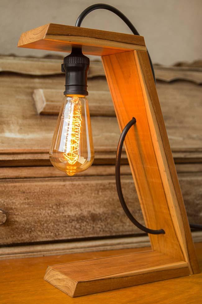 Luminária original e moderna com recortes de madeira