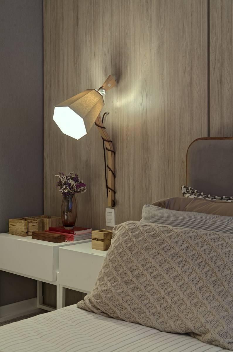 Luminária de madeira fixa na parede do quarto de casal