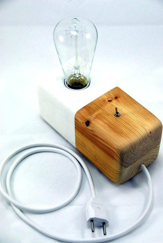 Luminária de madeira para levar em qualquer lugar