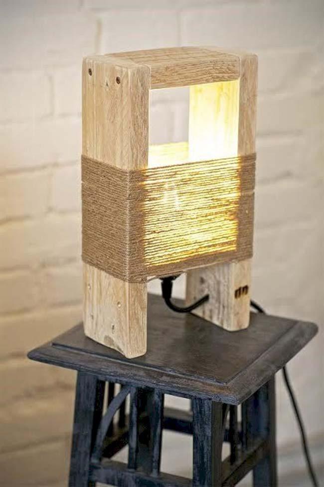 Luminária de madeira rústica e despojada
