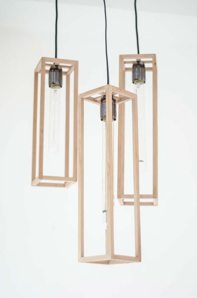 Tamanhos variados de luminária de madeira