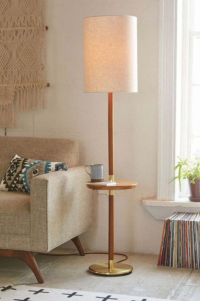 Luminária de chão de madeira usada como mesa de apoio