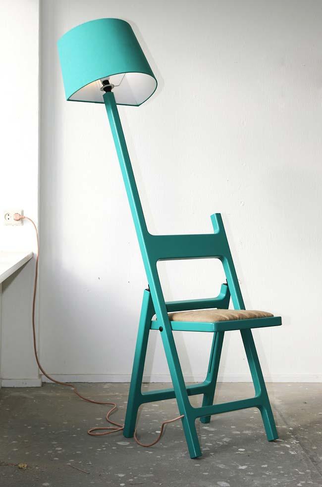 Luminária de madeira na cadeira