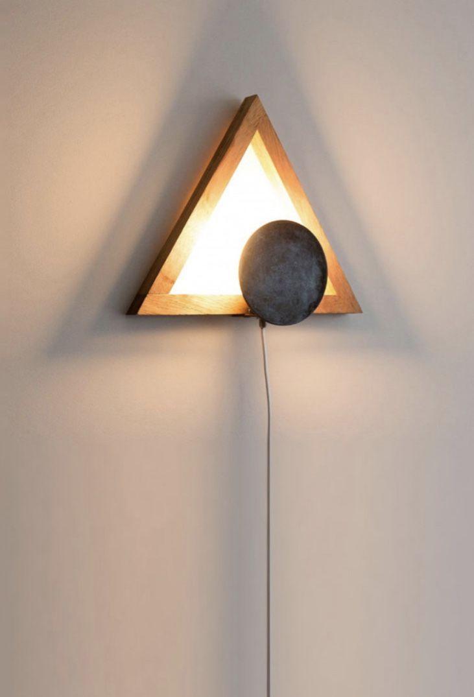 Luz amarela na luminária de madeira