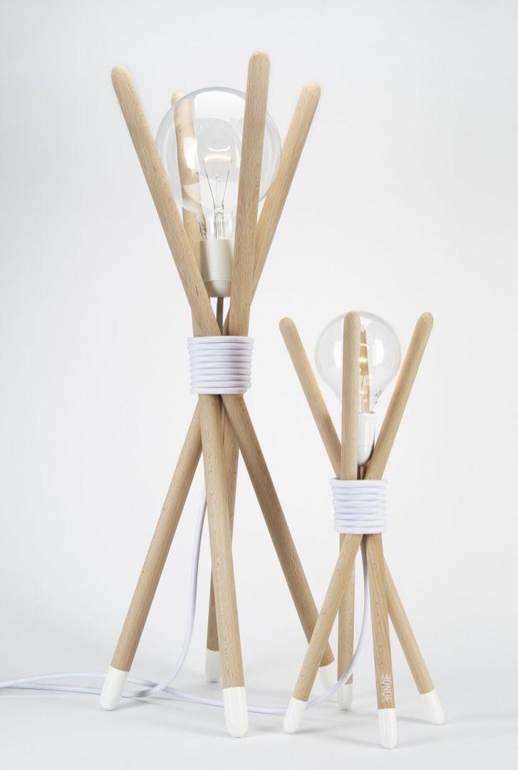 Cabos de vassoura transformados em luminária