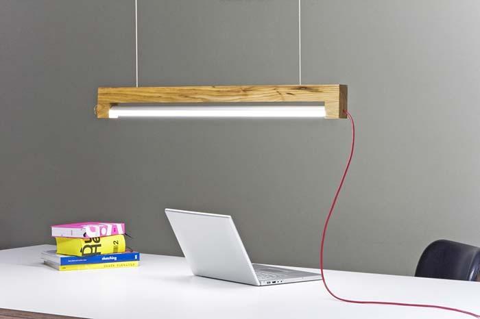 Luminária de teto em madeira feita com lâmpada tubular